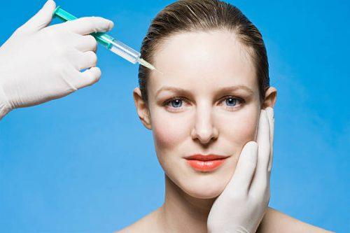 Injection de Botox dans le visage d'une jeune femme