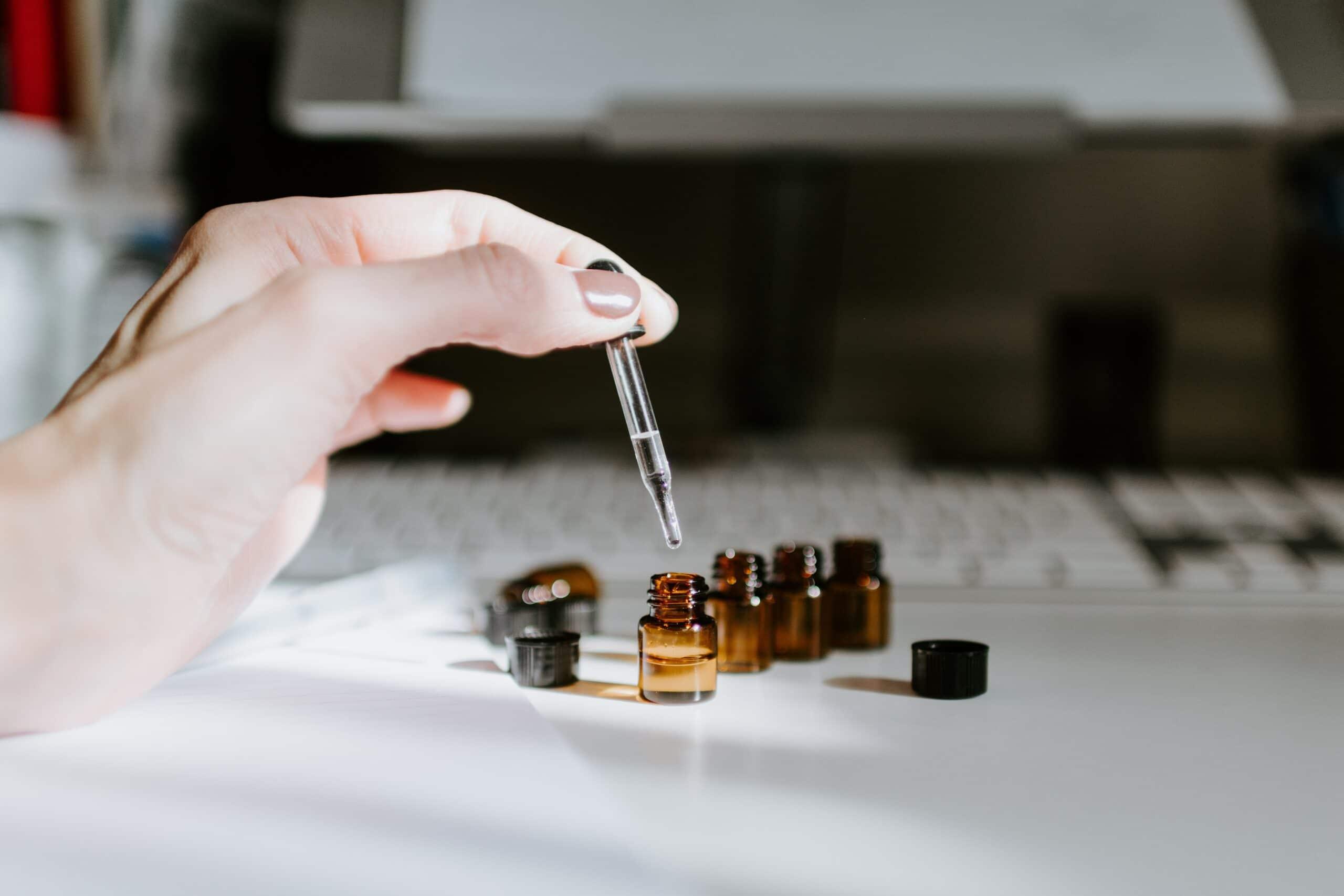 Petits flacons d'huiles essentielles