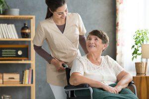 Travailler dans un EHPAD : quelles compétences requises ?