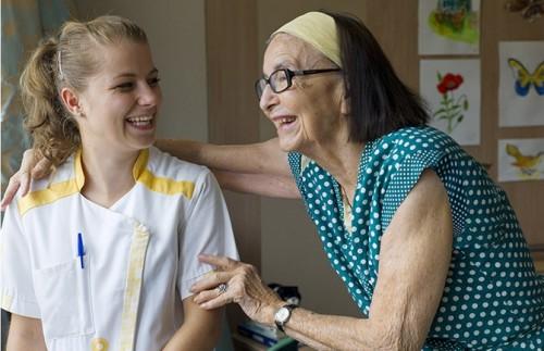 aide-soignante et femme âgée